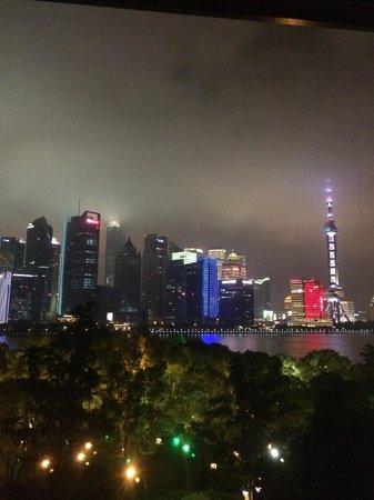 Banyan Tree Shanghai On The Bund: Вид из бара на крыше отеля