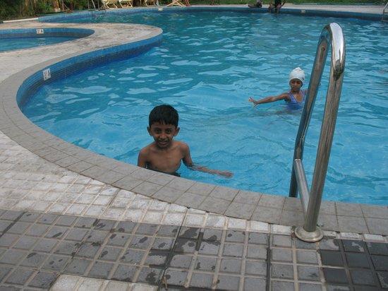 Paradise Isle Beach Resort: swimming pool