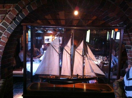 deco entre le bar et le ddc du restaurant - Picture of Chart House ...