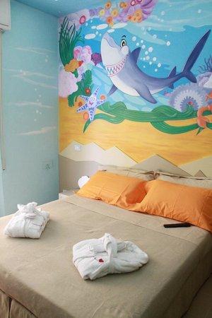 Camera a tema sharky parete del letto dipinta con squali e altre creature del mare foto di - Parete testata letto dipinta ...