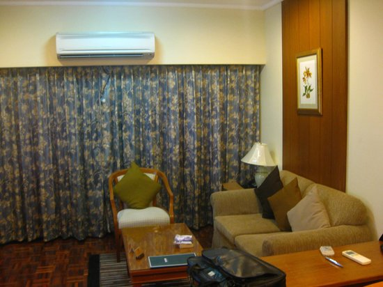 Kantary House, Bangkok: Living room in the suite