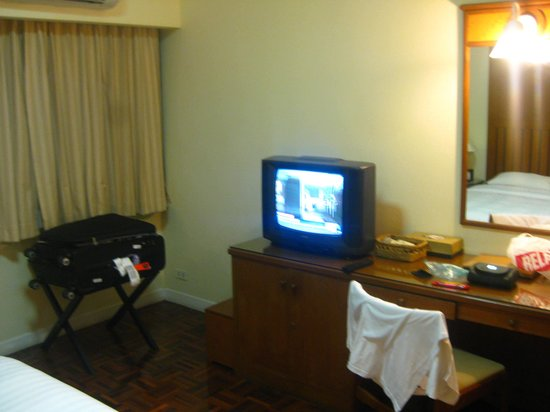 Kantary House, Bangkok: Old TV in the bedroom