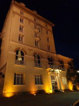Hôtel-Club Cosmos : Façade l'hötel la nuit