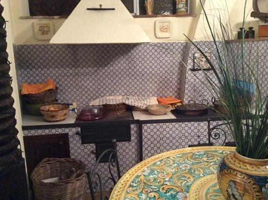 B&B Aria Dell' Etna: ...parte della cucina rustica