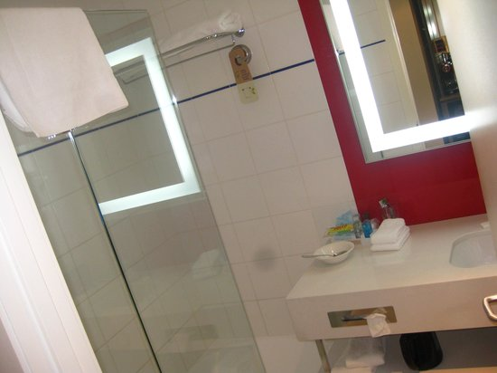 Novotel Wellington: bathroom view