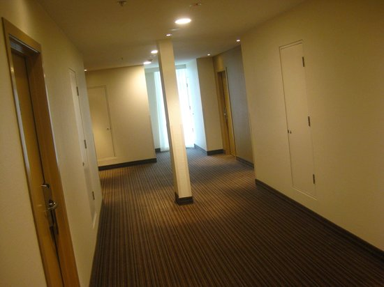 Novotel Wellington : Hotel hallway with post in the middle