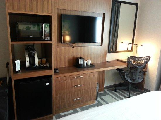Hilton Garden Inn New York/Central Park South-Midtown West : TV and desk