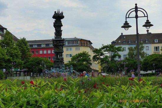 Palais: Blick auf den Josef-Görres-Platz mit Historiensäule