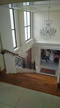 Ciudad Fernandina Hotel : Ascending the grand staircase towards the lobby