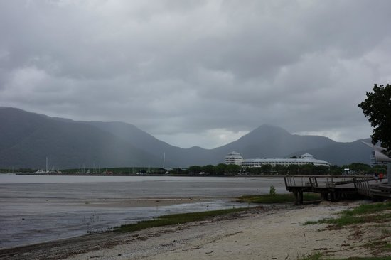 Holiday Inn Cairns Harbourside : bay area