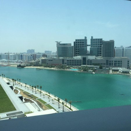 Rosewood Abu Dhabi: View of Abu Dhabi from the bathtub
