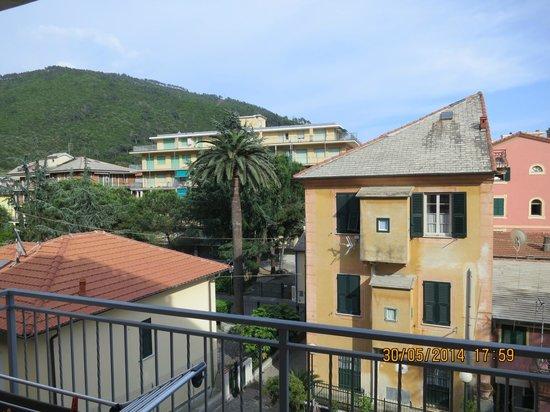 Residence Kriss : Vue de notre balcon sur la montagne