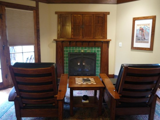 Five Pine Lodge & Spa: Cosy chairs in front of the fireplace