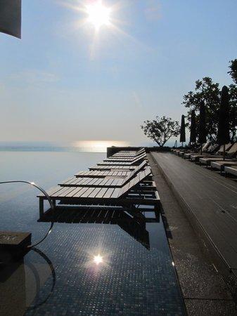 Sheraton Nha Trang Hotel and Spa : Infinity pool early morning