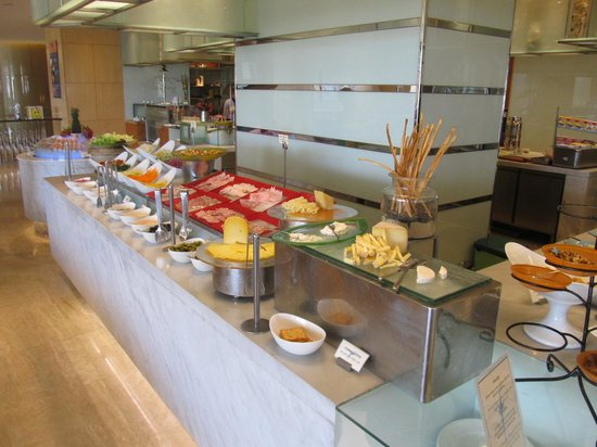 Sheraton Nha Trang Hotel and Spa : Part of the breakfast buffet area