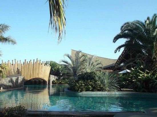 Lopesan Baobab Resort: bridge over lazy river