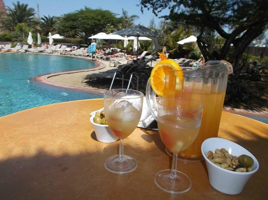 Lopesan Baobab Resort: snack/bar area in lazy river area