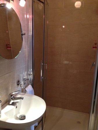 Prairie House-Boutique Hotel: Shower room