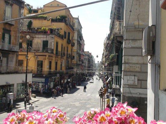 B&B Piazza Dante : Uitzicht op de Via Toledo aan de ene kant