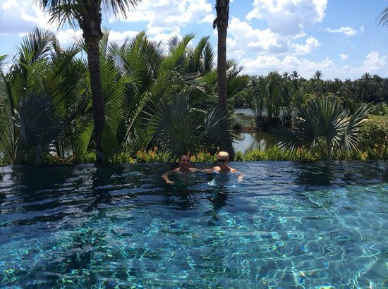 Muca Hoi An Boutique Resort & Spa: Infinity pool overlooking the river - so picturesque