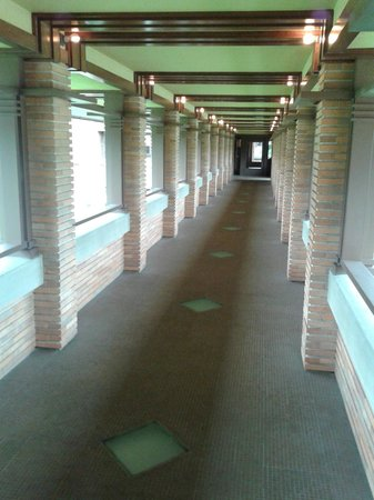 Frank Lloyd Wright's Darwin D. Martin House Complex: walking to the concervatory