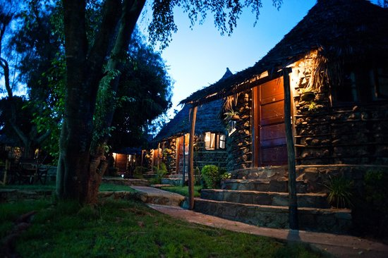 L Oasis Lodge and Restaurant Hotel: Cottages in the evening