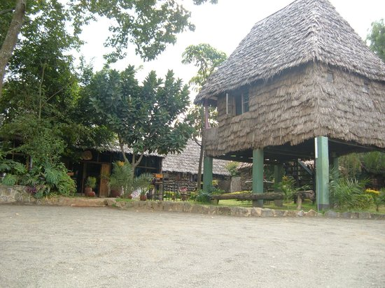 L Oasis Lodge and Restaurant Hotel: Parking view