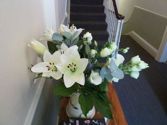 The Edgar Townhouse: hallway flowers