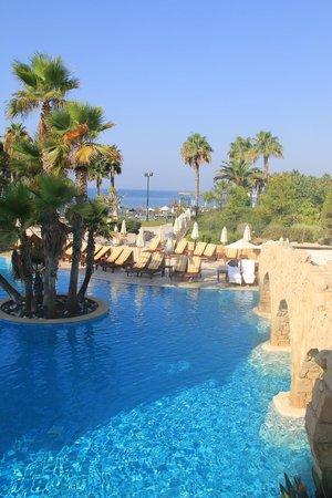 Parklane, A Luxury Collection Resort & Spa: Переход из одного бассейна в другой