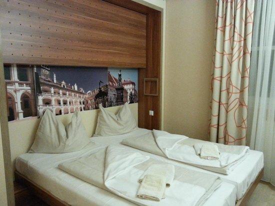 JUFA Hotel Graz City: кровать, а сверху при случае - еще одна кровать, которая откидывается