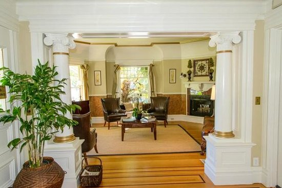 1801 First Luxury Inn: Sitting Room wider view