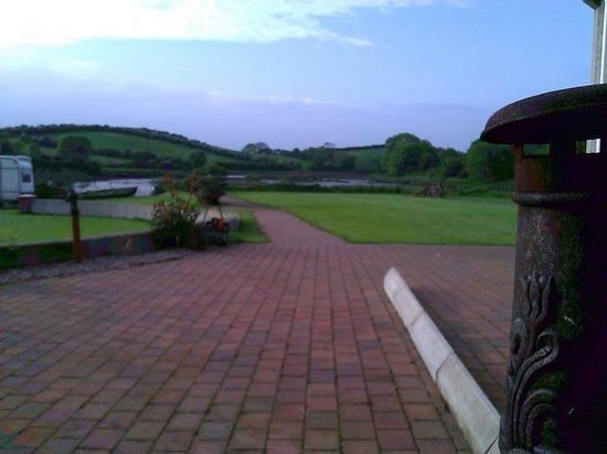 Strangford Bay Lodge: relaxing garden