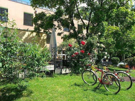 JUFA Hotel Graz City: сад отеля и терраса, на которой можно и позавтракать в том числе