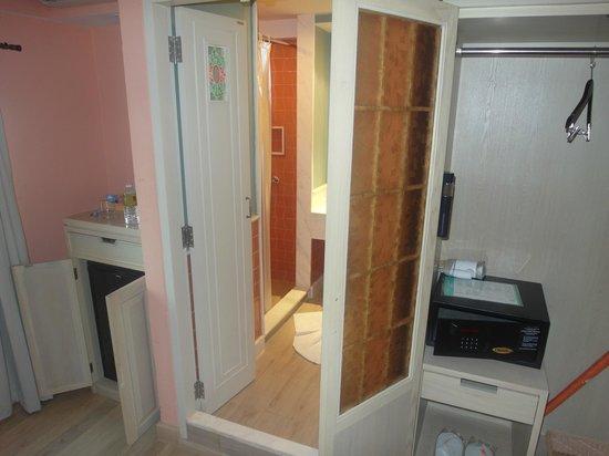 Salil Hotel Sukhumvit Soi 11: Lodówka, łazienka i szafa