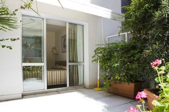 Hotel Zaragoza Plaza: Habitación con amplia terraza