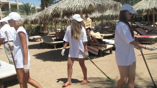Sindbad Beach Resort : Clean up day in  Beach Resort with guest