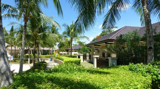 Crimson Resort and Spa, Mactan: shop and sports bar