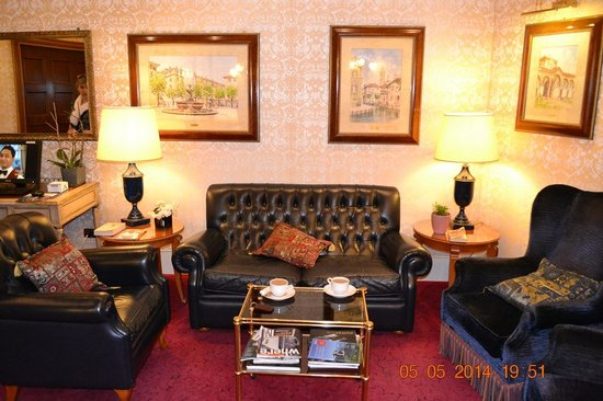 Hotel Berna: Холл