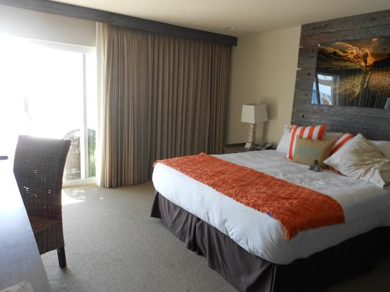 Pacific Edge Hotel on Laguna Beach: Comfy bed with patio door opening to the balcony