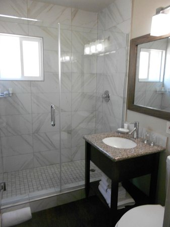 Pacific Edge on Laguna Beach, a Joie de Vivre Hotel : Surf Wing updated marble bathroom