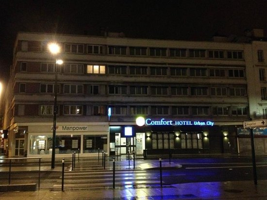 Comfort Hotel Urban City Le Havre : Вид отеля от входа в вокзал