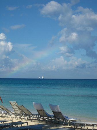 Grand Cayman Marriott Beach Resort: watching cruise ships come in