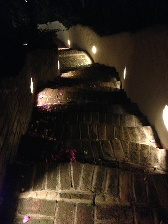 Pelican Eyes Resort & Spa : The sweeping stairs all over property
