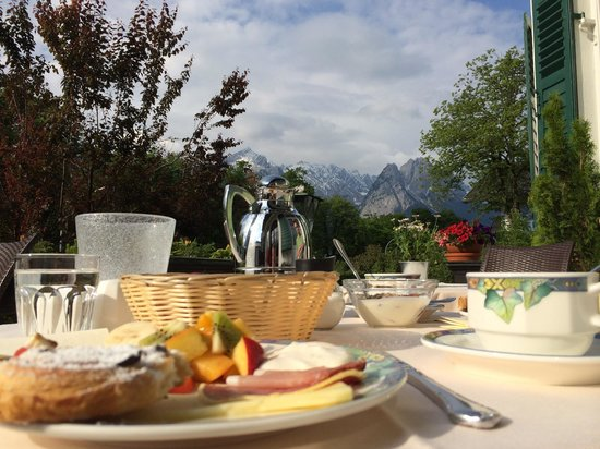 Hotel Aschenbrenner: Breakfast under the mountains!