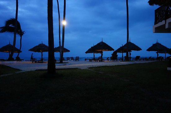 DoubleTree by Hilton Resort Zanzibar - Nungwi: Evening few of hotels beach area from room