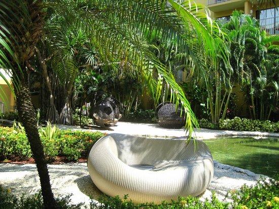 Grand Cayman Marriott Beach Resort: cute seating in courtyard