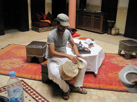 Riad Princesse du Desert : Youssef on the bongos!