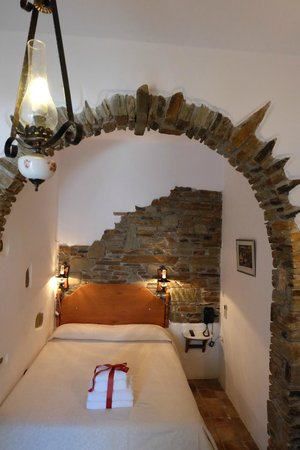 Standard double room with stone archway