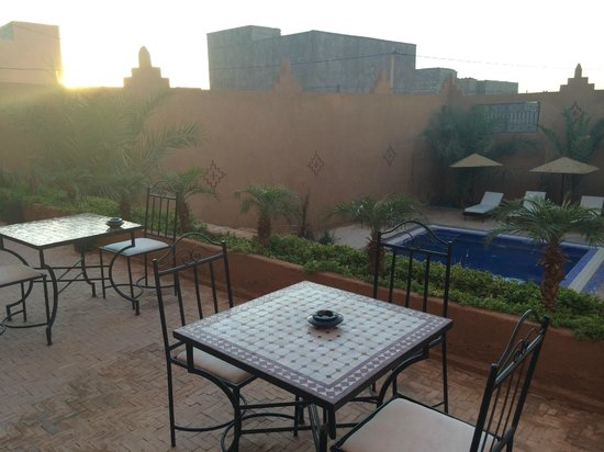 Riad Bouchedor: outdoor dining area near pool