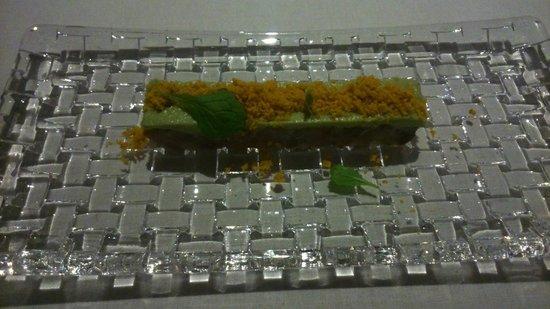 Lua: sashimi con aguacate y crujiente de kikos
